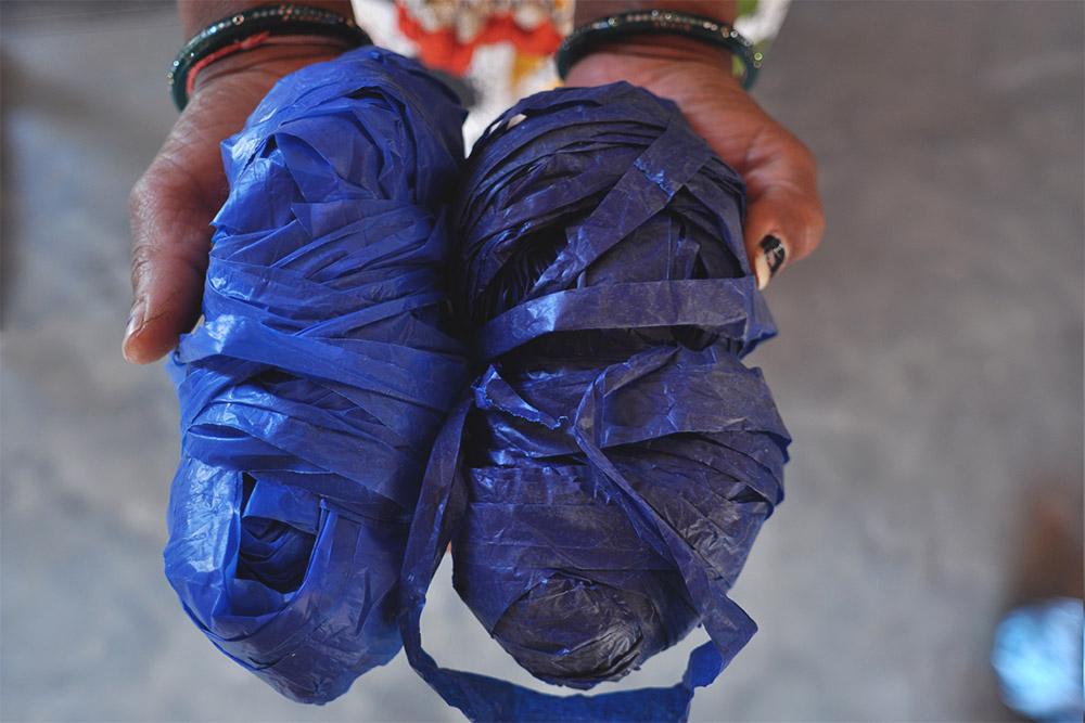Théla Process - cutting the plastic bags into yarn