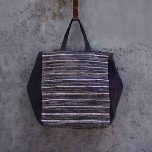 This roomy, expandable handbag is as versatile as it gets. It can be carried in the hand or worn on the shoulder.